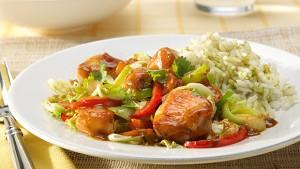 Wokgerecht van kip met rijst